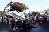 Tai nạn thảm khốc: Ôtô giường nằm tan nát khi đâm trực diện xe tải, hơn 10 người tử vong