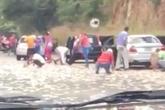Sốc: Người dân tranh cướp tiền của, bỏ mặc 2 nạn nhân nằm chết giữa đường
