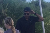 Ông Obama đội mũ lưỡi trai ngược khi đi du lịch