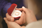 Nếu anh hỏi cưới tôi bằng một cái nhẫn đồ chơi, tôi cũng bằng lòng