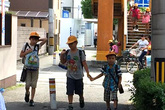 Mẹ Việt ở Nhật thiết lập giờ giới nghiêm, mua còi cho con đi học