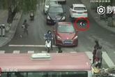 Bé 2 tuổi thoát chết kỳ diệu dưới gầm hai chiếc ôtô