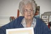 Cô giáo Anh nhận bằng cử nhân ở tuổi 101