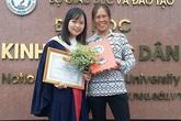 Dân mạng lay động với nụ cười người mẹ trong lễ tốt nghiệp của con gái