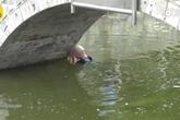 Người đàn ông tự tử hụt vì nhảy xuống sông quá nông