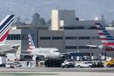 Máy bay chở khách va chạm với xe tải ở sân bay, 8 người bị thương