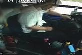 Hành khách đánh tài xế dã man vì không được xuống xe đúng nơi muốn