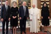 Vì sao vợ con ông Trump mặc đồ đen, đeo mạng khi gặp Giáo hoàng