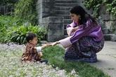 Hoàng hậu Bhutan chơi đùa cùng hoàng tử nhỏ