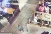 Ba mẹ ngồi ngay trước mặt, bé trai 22 tháng tuổi vẫn bị bắt cóc như chốn không người