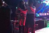 Em gái Công Vinh uốn éo sexy bên khách nam trong hộp đêm Singapore