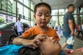 Bố mẹ bỏ đi, cậu bé 7 tuổi một mình chăm chị gái đau bệnh nói một lời mà ai nghe thấy cũng phải rơi nước mắt