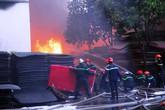 Cháy lớn tại công ty nhựa ở Sài Gòn, cảnh sát ngăn lửa lan sang khu dân cư