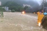 Hy hữu: Ô tô bất ngờ bốc cháy giữa dòng nước lũ ở Hòa Bình