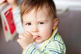 Cha mẹ nên biết: Trẻ mút tay nhiều sẽ gây ra lệch hàm