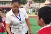 Giáo viên tiểu học cầm giày cao gót đánh rồi đạp học sinh khiến nhiều người bức xúc