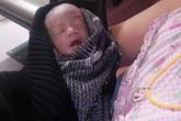 Bé sơ sinh còn nguyên dây rốn nằm trong túi rác được cứu sống