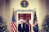 Vợ chồng ông Trump rạng rỡ trong ảnh Giáng sinh ở Nhà Trắng