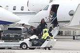 Angelina Jolie cùng các con vui vẻ trở về Los Angeles; Brad Pitt có kì nghỉ tệ nhất trong cuộc đời