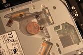 Bí ẩn về đồng xu được giấu kín bên trong Macbook của Apple