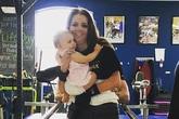 Xúc động giây phút người mẹ bị liệt lần đầu đứng lên bế con gái