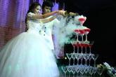 Diễn viên Phương Hằng suýt ngã trong tiệc cưới ở TP HCM