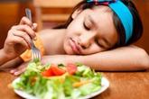 Bài học trả giá bằng sức khoẻ cha mẹ cố nhồi nhét con ăn nên đọc