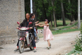 Bé gái 9 tuổi chạy gần 2 km để níu mẹ ở nhà
