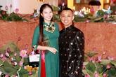 Chí Anh diện áo dát vàng 6.000 USD lần đầu đi sự kiện cùng vợ trẻ