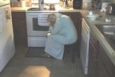 Con rể thấy mẹ vợ gục mặt trong bếp, trái tim anh như vỡ vụn khi biết lý do