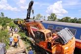 Máy xúc ở giữa đường ray khi tàu hoả lao đến