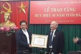 Trao huy hiệu 45 năm tuổi Đảng cho ông Nguyễn Quốc Triệu