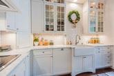 Tủ bếp gỗ giờ quê rồi, muốn căn bếp đẹp lung linh giờ phải dùng tủ bếp thủy tinh kia