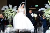 Đám cưới Hoa hậu Thu Ngân: Chú rể xúc động nâng váy giúp cô dâu xinh đẹp
