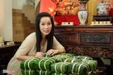 Tổng lãnh sự Mỹ đến nhà Á hậu Trịnh Kim Chi gói bánh chưng