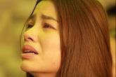 Phạm Hương liên tục khóc nấc, gương mặt tiều tuỵ trông thấy khi lo hậu sự cho bố