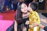 Con trai Huỳnh Đông hôn má Vân Trang trên thảm đỏ