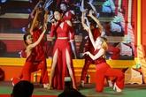Tóc Tiên diện váy cắt xẻ táo bạo lên sân khấu