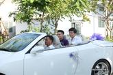 Chồng trẻ tuổi điển trai đi xe mui trần sang trọng đến hỏi cưới Lê Phương