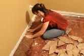Xé bìa các-tông dán đầy lên sàn nhà, cô gái gây kinh ngạc khi mọi người xem kết quả
