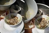 Ăn cơm trắng, vì không dám đụng vào thức ăn mẹ chồng chế biến