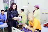 Vợ NS Trần Lập và MC Anh Tuấn  trao 200 triệu cho bệnh nhi