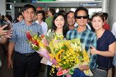 Vợ Chế Linh hộ tống chồng về nước chuẩn bị hát chung với Thanh Tuyền