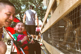 Ông xã Kim Hiền giúp vợ chăm sóc hai con