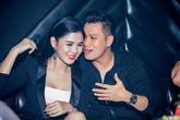Việt Anh thân mật với hai bạn diễn phim 'Người phán xử' trong quán bar