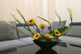 Chỉ mất 10 phút để cắm tặng vợ bình hoa hướng dương đơn giản mà đẹp