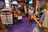 Dân phố Tây Sài Gòn dùng mọi cách 'cứu' vỉa hè để kinh doanh