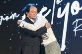 Rocker Nguyễn xúc động ôm chầm lấy cha ở buổi họp báo