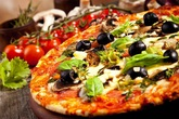Bánh pizza giá 4,5 tỷ đồng đại gia ăn được làm từ cái gì?