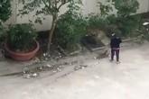 Nghệ An: Phạt người phụ nữ quét và nhét rác xuống cống 1 triệu đồng